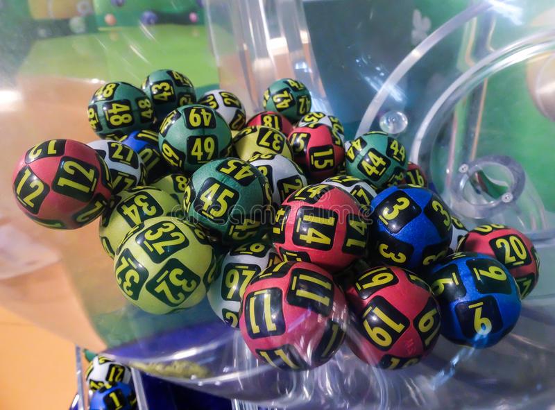 Una sfera per estrazione con le palle numerate del Keno mobile