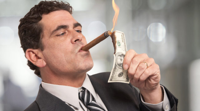 Uomo che si accende il sigaro con una banconota grazie ai bonus senza deposito!