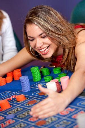 Donna che vince soldi al tavolo della roulette